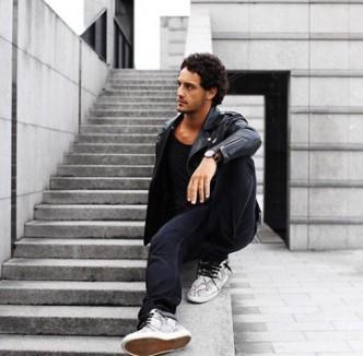 Diego jeune blogueur parisien porte à la perfection les speakers Lenny
